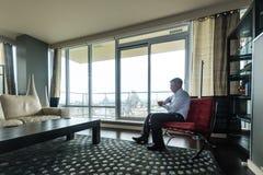 电话的商人在公寓房 库存照片