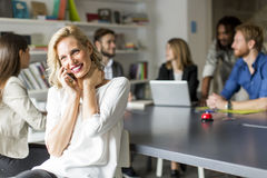 电话的女实业家在办公室 免版税库存图片
