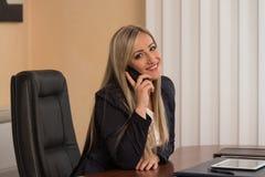 电话的女实业家 免版税库存照片