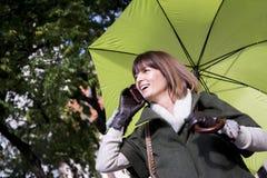 电话的妇女在公园 免版税图库摄影