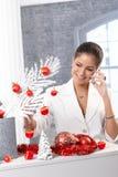 电话的妇女装饰为圣诞节的 免版税库存图片