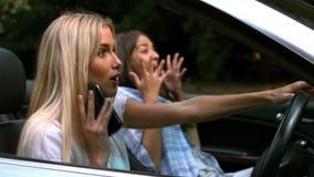 电话的妇女,当驾驶时 股票录像