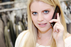 电话的妇女,当购物时 免版税库存照片