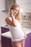 电话的孕妇 免版税库存图片