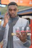 电话的年轻水管工在harware商店 免版税库存图片