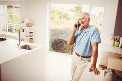 电话的微笑的老人 图库摄影