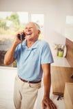 电话的微笑的老人 库存图片
