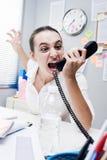 电话的恼怒的女实业家 库存图片