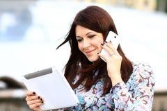 电话的愉快的聪明的女实业家 免版税图库摄影