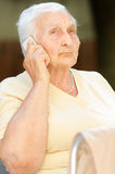 电话的愉快的资深妇女 免版税图库摄影