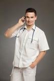 电话的男性医生 免版税库存照片