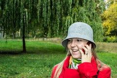 电话的秋天女孩 免版税库存照片