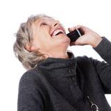 电话的笑的资深夫人 库存图片