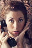 电话的美丽的少妇在客厅 免版税库存图片