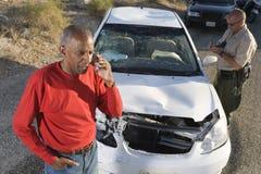 电话的老人与交通警文字票 免版税库存照片
