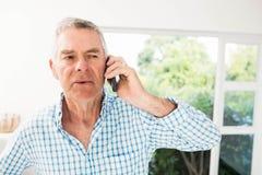 电话的老人 免版税库存照片