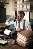 电话的葡萄酒新闻工作者 库存图片