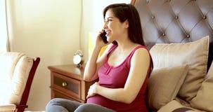 电话的西班牙孕妇 股票录像