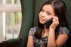 电话的逗人喜爱的小女孩 免版税库存图片