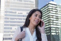 电话的年轻拉丁职业妇女 图库摄影