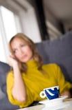 电话联系妇女 免版税库存图片
