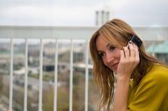 电话联系妇女 库存图片