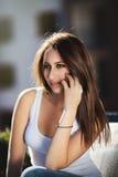 电话联系的妇女年轻人 免版税库存图片