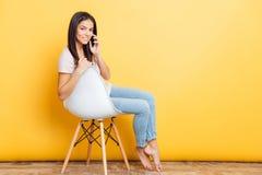 电话联系的妇女 免版税库存图片