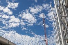 电话通信的天线在明亮的天空 库存图片