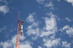 电话通信的天线在明亮的天空 免版税库存照片