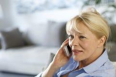 电话高级联系的妇女 库存照片