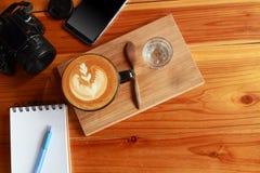 电话,笔记本,笔,照相机,葡萄酒棕色咖啡 免版税库存照片