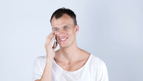 电话,英俊的人谈话在智能手机画象 免版税库存照片