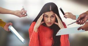 电话围拢的被注重的妇女和文件和片剂在办公室 免版税库存图片