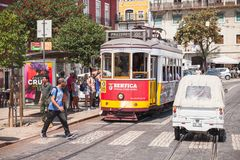 电车乘坐在老里斯本下街道  库存照片