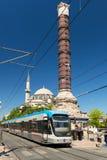 电车停止了在康斯坦丁的专栏在伊斯坦布尔 免版税图库摄影
