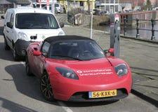 电车充电在充电站的特斯拉 免版税图库摄影