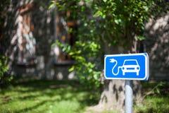电车充电的斑点交通标志蓝色和白色 免版税库存照片