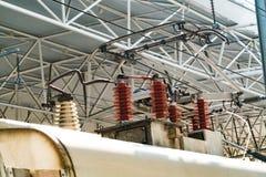 电车台车杆 高速铁路电化系统 在铁路轨道的顶上的缆绳导线 查出的拉长的现有量排行次幂白色 免版税库存图片