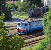 电车和一个老机车 免版税库存图片