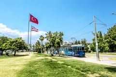 电车和旗子在街道上在安塔利亚 免版税库存照片