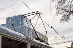 电车和无轨电车的输电线和在cit的一条电车轨道 库存图片