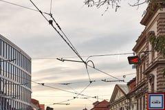 电车和无轨电车的输电线在城市 图库摄影