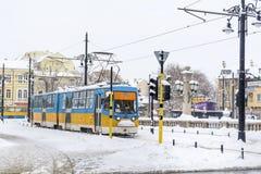电车在冬天城市 免版税图库摄影