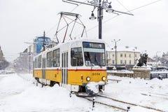 电车在冬天城市 库存照片