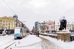 电车在冬天城市 免版税库存照片