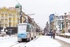 电车在冬天城市 免版税库存图片