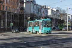电车在城市街道上的一条路线去 图库摄影