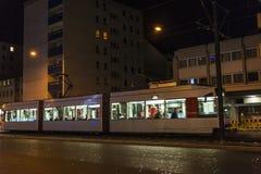电车在晚上在杜塞尔多夫,德国 免版税图库摄影