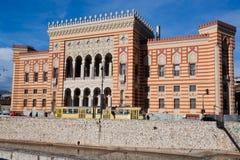 电车在萨拉热窝的中心乘坐通过国立图书馆 库存图片